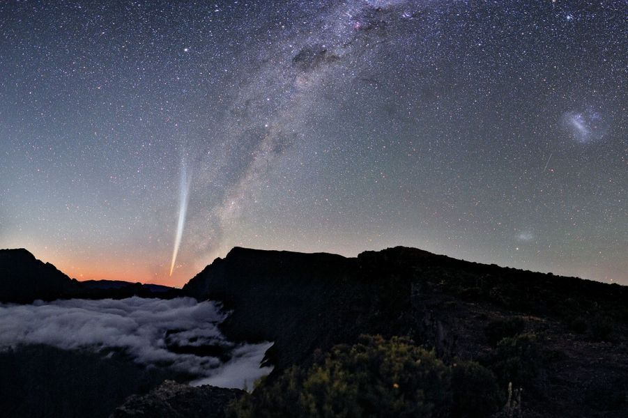 «En décembre 2011, la comète Lovejoy est venue nous rendre visite, offrant un spectacle visuel remarquable dans le ciel de la Réunion. Elle n'était visible que de l'hémisphère Sud. Ce cliché réalisé le 24 décembre au matin reste mon plus beau souvenir de photographe! (en prime, la Voie Lactée et les Nuages de Magellan).» Visitez le site de Luc Perrot :www.lucperrot.frEt sa page Facebook :www.facebook.com/lucperrotphoto