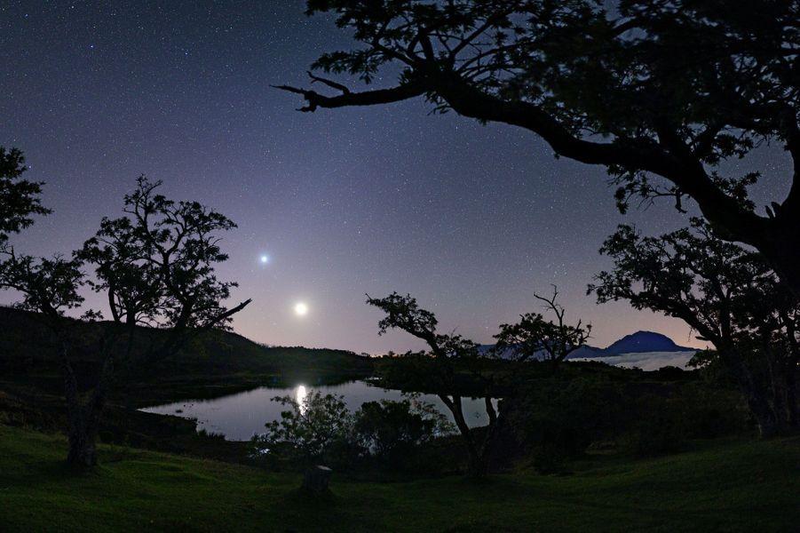 «Le chasseur d'étoile est aussi régulièrement à la recherche de beaux événements astronomiques comme les conjonctions planétaires. Sur ce cliché, la Lune semble avoir rendez-vous avec Vénus.» Visitez le site de Luc Perrot :www.lucperrot.frEt sa page Facebook :www.facebook.com/lucperrotphoto