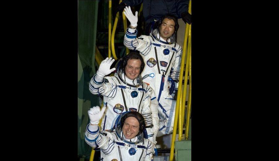 Une capsule Soyouz a ramené sur Terre mercredi trois astronautes partis en décembre en mission sur la Station spatiale internationale (ISS), a annoncé la Mission de contrôle russe. La capsule s'est posée à 03h25 GMT près de Zhezkazgan (Kazakhstan) avec à son bord le Russe Oleg Kotov, l'Américain Timothy Creamer et le Japonais Soichi Noguchi. Les trois hommes, membres de la mission russe Expedition 23, avaient quitté la Terre il y a six mois pour une mission à bord de l'ISS, un projet de 100 milliards de dollars dans lequel sont engagés 16 pays.