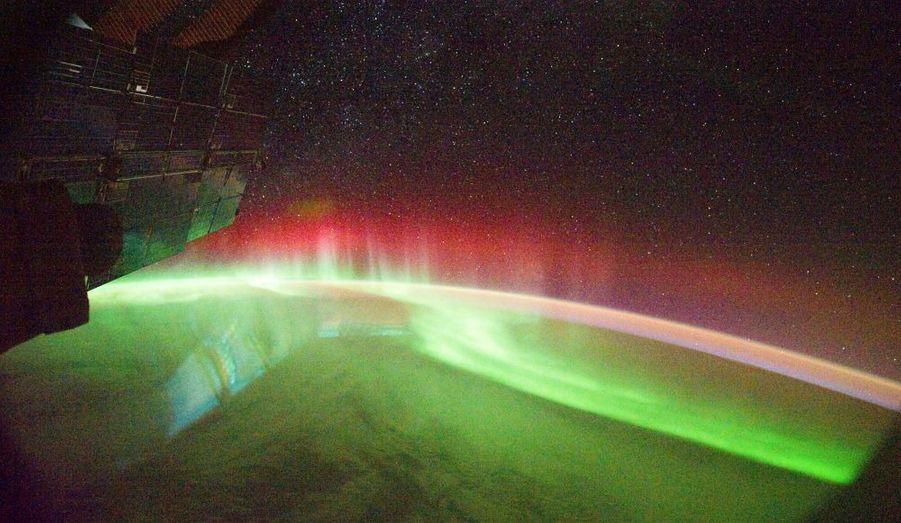 Ce bombardement n'a pas que des inconvénients. Il nous promet de splendides aurores boréales (hémisphère nord) et australe (au sud) - comme ici, prise depuis l'ISS au-dessus du Pacifique sud.