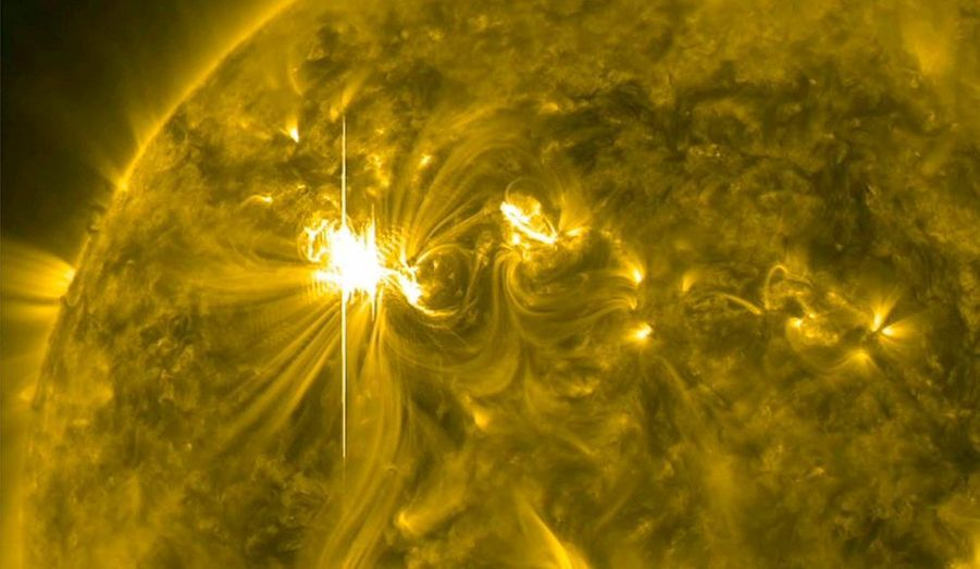 Jeudi et vendredi, la Terre sera bombardée de particules électro-magnétiques. Présenté de la sorte, il y a de quoi courir aux abris, mais pas de panique - seules les communications par satellite et les réseaux de distribution électriques pourraient être perturbés. Cette «attaque» est la conséquence de la plus forte éruption de plasma solaire en cinq ans, qui a eu lieu mardi et a entrainé une tempête chargée de particules qui frapperont la Terre à une vitesse de 6,44 millions de km/h. «L'activité solaire a un cycle régulier, avec des pics tous les 11 ans. Lors de ces pics d'activité, les éruptions solaires peuvent provoquer des interruptions des communications par satellite, bien que les ingénieurs apprennent à construire des appareils électroniques qui sont protégés contre la plupart des tempêtes solaires», affirmait la Nasa, lors de la précédente éruption, l'an passé. Rien à craindre donc, mais l'occasion de se pencher en images sur le spectacle fascinant de la vie de notre étoile.