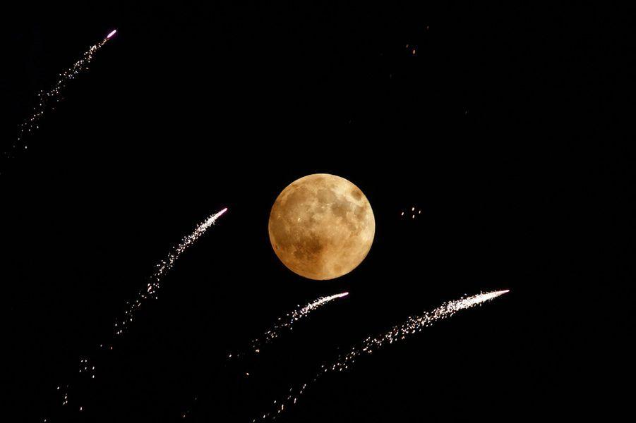 Le phénomène n'est pas rare mais toujours aussi spectaculaire! De Sydney à New York, en passant par Londres, Madrid ou Caracas, la «super Lune» (Supermoon en anglais) a brillé des milles feux à travers le monde dans la nuit de dimanche à lundi. La Lune, qui passe plus près de la Terre que d'habitude, apparaît beaucoup plus grande et plus brillante. Cette super Lune aperçue dimanche soir est la plus large de l'année car le satellite est passé au plus proche de la Terre.Pour la prochaine, il ne faudra pas patienter longtemps, rendez-vous le 9 septembre pour la dernière de l'année. Après il faudra attendre jusqu'au 29 août 2015 pour en observer une autre. Et toujours prier pour que le ciel soit dégagé.