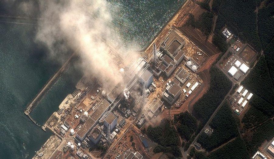 Un tremblement de terre de 8,9 sur l'échelle de Richter suivi d'un tsunami provoque une réaction en chaîne. Les systèmes de refroidissement de trois réacteurs de la centrale tombent successivement en panne et des explosions se produisent. Difficile de connaître encore l'impact d'un tel incident classé au niveau 5.
