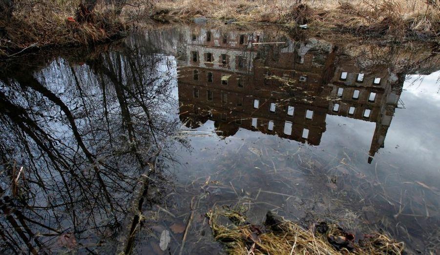 Moins connu que Tchernobyl, mais tout aussi grave, le désastre de Kyshtym a longtemps été caché par les autorités soviétiques. En 1957, une explosion dans un centre de déchets nucléaires se produit dans le complexe de Mayak. 200 personnes ont péri dans l'incendie, mais c'est surtout l'absence d'évacuation à grande échelle de la population qui a provoqué le plus de victimes, d'autant qu'aujourd'hui encore la radioactivité sur les lieux du drame est considérable. Cet incident a été classé à l'échelon 6.