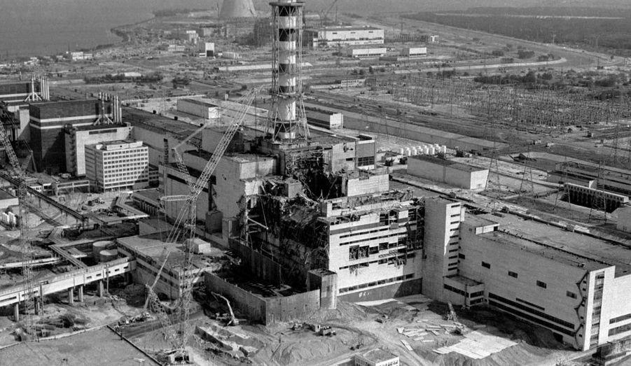 La plus grave catastrophe nucléaire à ce jour. Le 26 avril à la centrale nucléaire Lénine, près de la ville de Tchernobyl, le réacteur numéro 4 de la centrale explose après une fusion du coeur. Les conséquences humaines et écologiques sont considérables avec plus de 250 000 personnes évacuées trop tardivement des environs de la centrale. L'Organisation mondiale de la santé a estimé le nombre de victimes à 16 000 morts, un chiffre très contesté par les écologistes.Il a été classé au niveau 7 sur l'International Nuclear Event Scale de l'Agence internationale de l'énergie atomique, sur une échelle de sept.