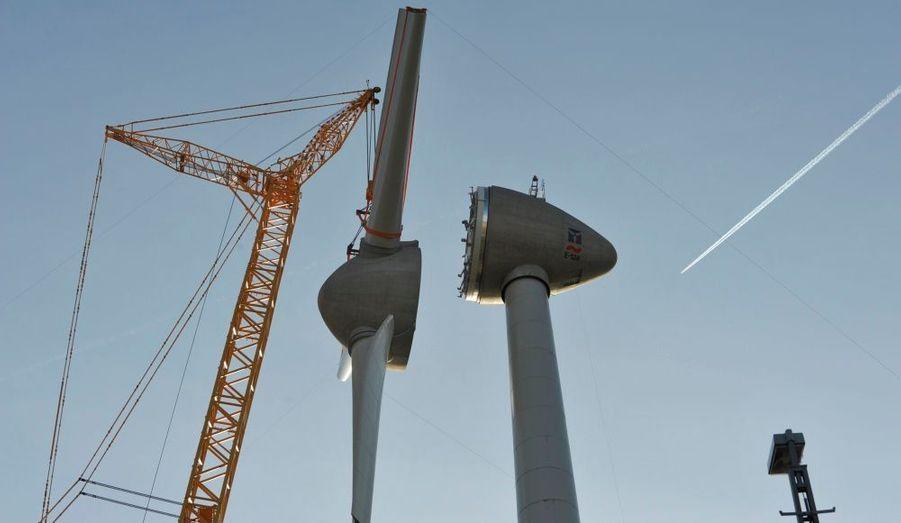 La construction d'une éolienne à Hambourg, dans le Nord de l'Allemagne.