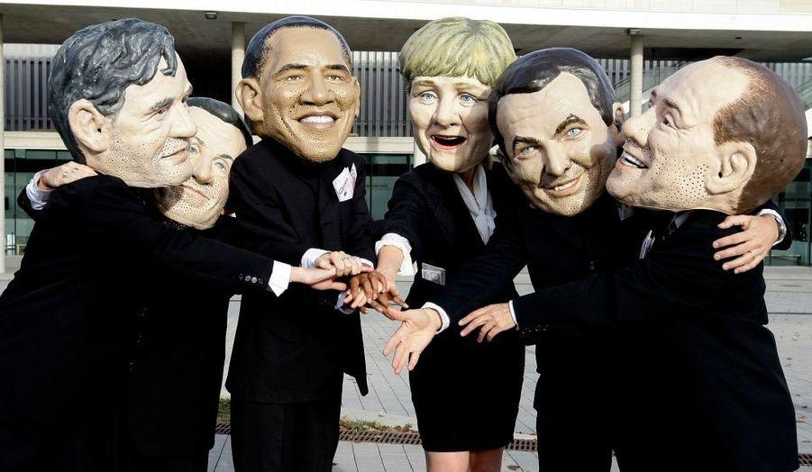 Des membres de l'association écologiste de l'Oxfam portent des masques des leaders des pays les plus riches, en marge d'un sommet sur le climat à Barcelone.