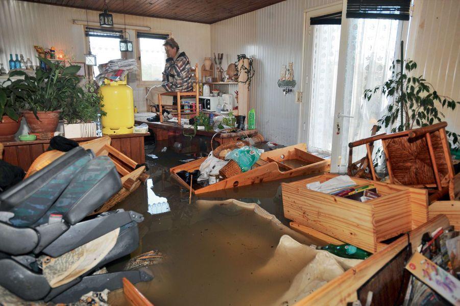 Le 28 février 2010, une victime de Xynthia réfugiée sur la table de sa cuisine. Les pieds emballés dans du plastique, elle attend les secours. L'océan s'est enfin retiré, mais pas des maisons dévastées. Conjuguée à une marée d'une forte amplitude, la tempête Xynthia a frappé à coups de vagues géantes, particulièrement en Charente-Maritime et en Vendée. Des digues ont cédé. Elles protégeaient des habitations construites en dessous du niveau de la mer. En une seule nuit de février 2010, la catastrophe aura tué 53 personnes et causé 2,5 milliards d'euros de dégâts matériels. Ces dernières décennies, les scientifiques observent une augmentation des phénomènes extrêmes : ouragans, sécheresses… En Europe, les pluies diluviennes ont été multipliées par huit en cent cinquante ans.