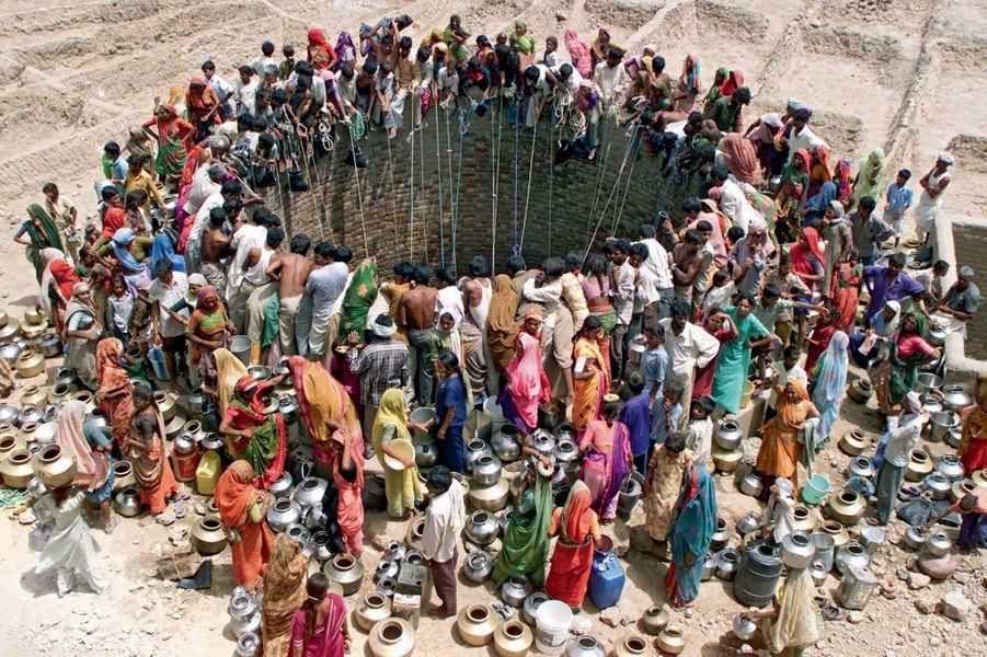 Le Gujarat, dans le nord-ouest de l'Inde. Cette région semi-aride est particulièrement vulnérable aux variations climatiques.Un seul puits à la ronde. Sous un soleil de plomb, ces Indiens doivent chaque jour parcourir des dizaines de kilomètres pour se procurer cette molécule toute simple mais cruciale : H2O. Sans elle, la planète Terre ne serait qu'un vaste désert. Même les zones arrosées peuvent souffrir de pénurie. Elles ont de l'eau, oui, mais polluée de déjections, un vrai bouillon de culture. Un tiers de la population mondiale est concerné. Sans oublier la question de « l'assainissement », dont l'absence cause des ravages. Rien qu'en Inde, la moitié du pays n'a pas accès à des toilettes. La France, elle, souffre de la concentration croissante en pesticides. L'eau potable étant de plus en plus compliquée à obtenir, son prix ne cesse d'augmenter.