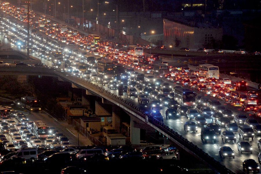 Fut un temps où les Pékinois se déplaçaient à vélo... En 2009, la Chine est devenue le premier marché automobile mondial, devant les Etats-Unis. Le modèle du « tout-voiture » s'impose dans les pays émergents.Pleins phares sur la population mondiale. En 2100, elle devrait se stabiliser autour de 10 milliards d'habitants. C'est dix fois plus qu'en 1800. Un changement d'échelle, moindre cependant que celui appréhendé il y a cinquante ans. On parlait alors de « bombe P » (pour population). Dans l'intervalle, tous les continents, hors l'Afrique, ont fait leur transition démographique. Mais pas écologique. Plus d'un terrien sur deux est aujourd'hui citadin. En 2050, ils seront deux sur trois, la plupart dans des agglomérations tentaculaires. « Le XXIe siècle est le siècle des villes », affirme l'Onu. Ces mégalopoles, qui ne couvrent que 2 % de la surface du globe, consomment les trois quarts de l'énergie produite par la planète et émettent 80 % du CO2 d'origine humaine. L'urbanisation bouleverse les équilibres. La nouvelle frontière à conquérir sera celle de la croissance propre.