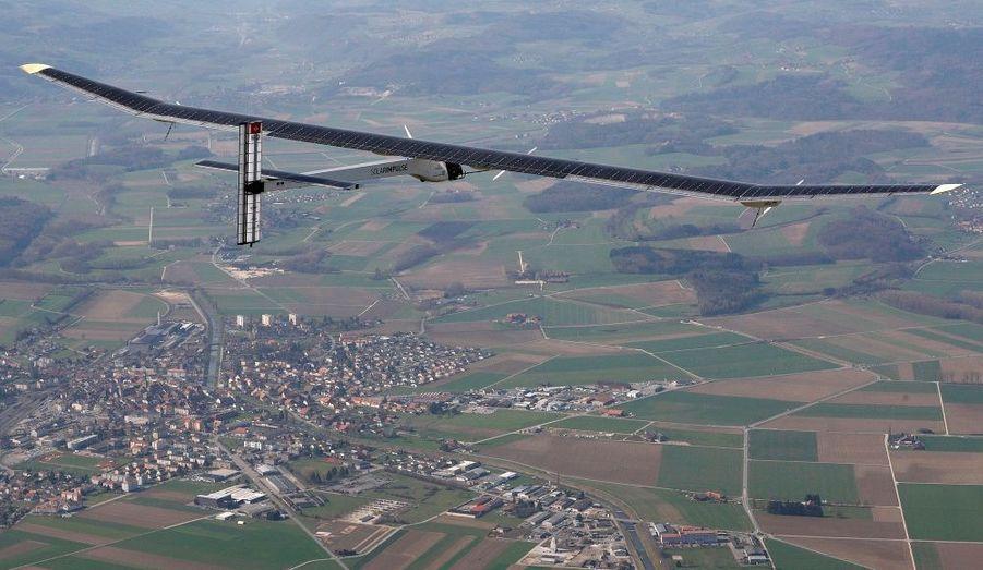 L'avion fait 64 mètres d'envergure, et est composé de 11 628 cellules photovoltaïques.
