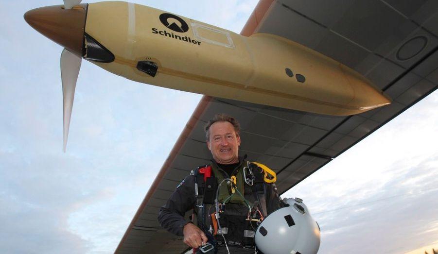 Après une tentative infructueuse samedi dernier, André Borschberg a réussi à rallier Bruxelles à Paris à bord de son avion fonctionnant à l'énergie solaire, le Solar Impulse. Retour en images sur le périple de 16h05 de ce Suisse passionné.