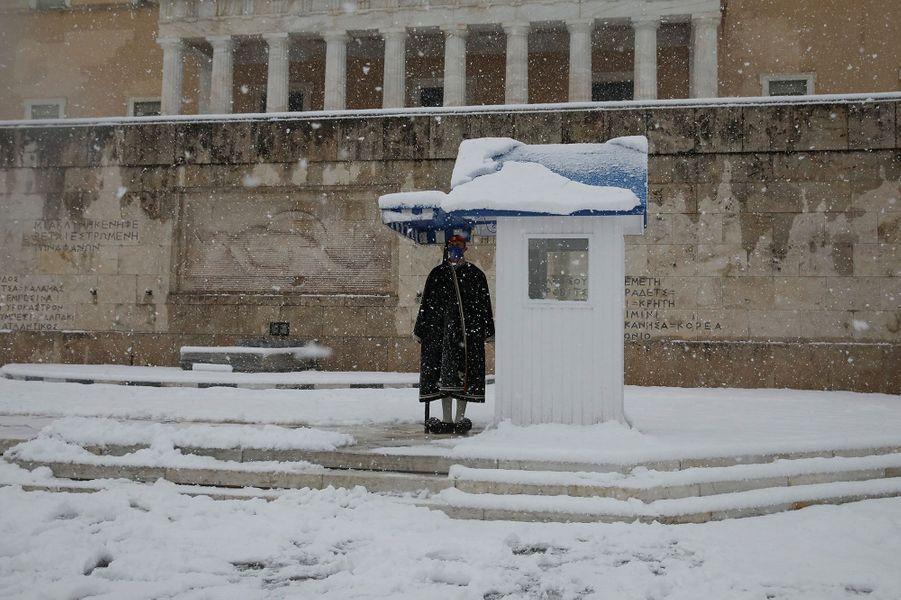 Un garde devant la Tombe du Soldat inconnu à Athènes.