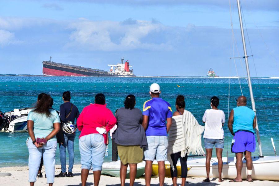 Une coulée noire s'échappant du vraquier MV Wakashio,échoué sur un récif depuis le 25 juillet, pouvait être observée jeudi, après qu'il eut commencé à s'affaisser sur l'arrière et à prendre l'eau. Le bateau, appartenant à un armateur japonais mais battant pavillon panaméen, voyageait à vide mais transportait 200 tonnes de diesel et 3.800 tonnes d'huile lourde.