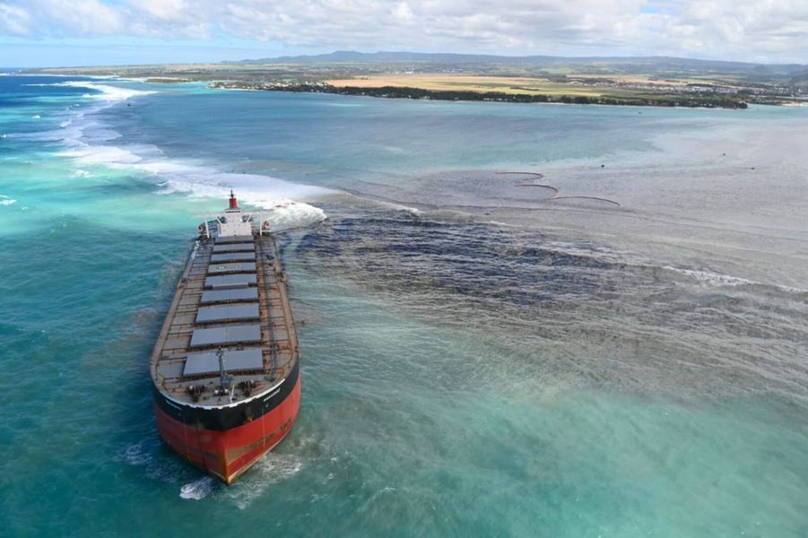 Une coulée noire s'échappant du vraquierMV Wakashio,échoué sur un récif depuis le 25 juillet, pouvait être observée jeudi, après qu'il eut commencé à s'affaisser sur l'arrière et à prendre l'eau. Le bateau, appartenant à un armateur japonais mais battant pavillon panaméen, voyageait à vide mais transportait 200 tonnes de diesel et 3.800 tonnes d'huile lourde.