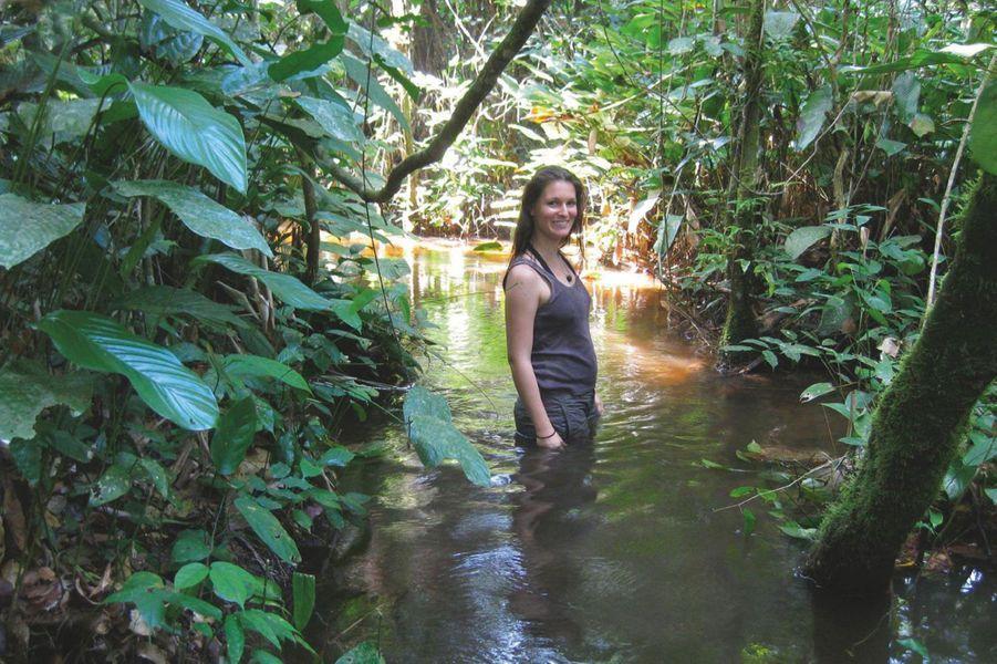 Dans la forêt, comme un poisson dans l'eau… même s'il s'agit de franchir une rivière tout habillée. En RDC, en 2010.