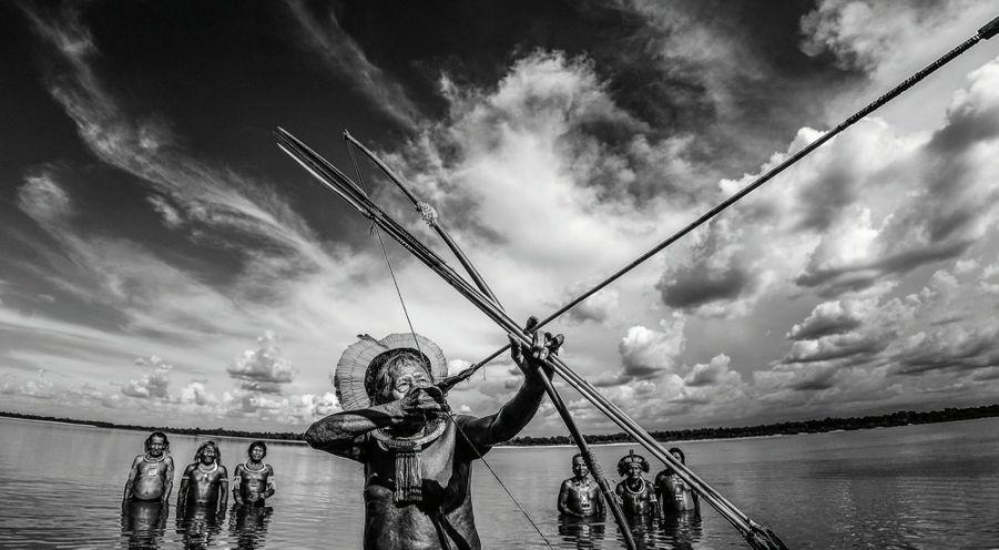 Raoni et des membres de sa tribu dans l'Etat du Mato Grosso, au Brésil, en 2015.