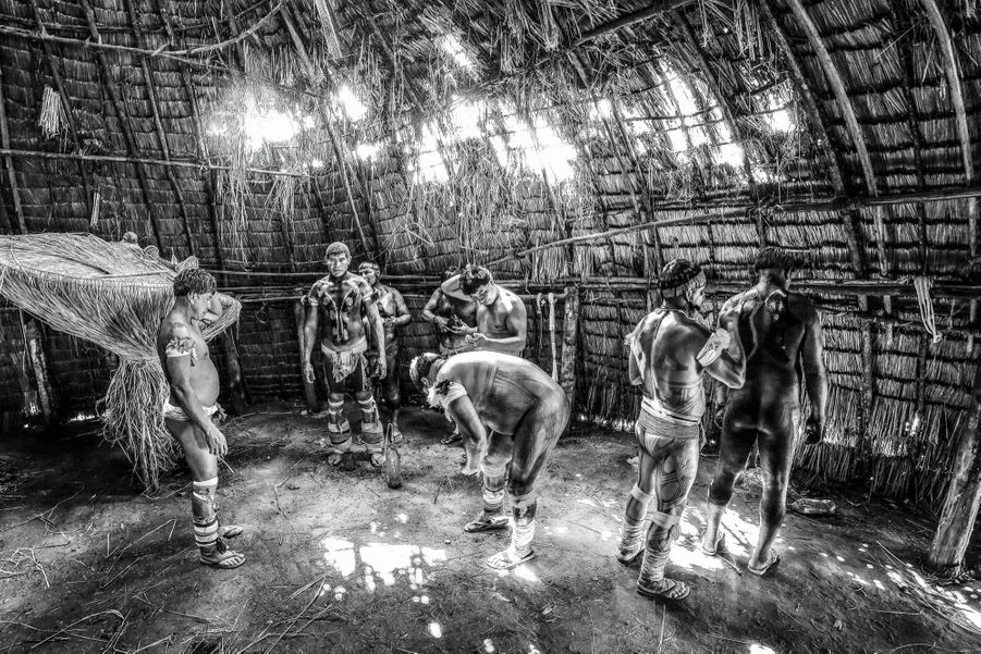 Des Kalapalo se préparent au rituel Huka-Huka, dans le haut Xingu.