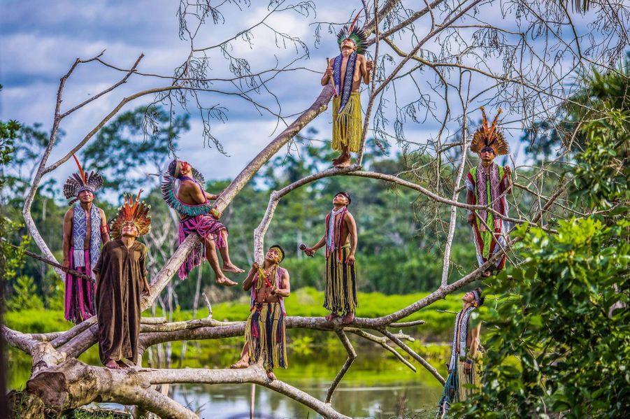 Des Kaxinawas dans l'Etat d'Acre, au Brésil près de la frontière péruvienne. Leurs costumes traditionnels présentent des influences incas.