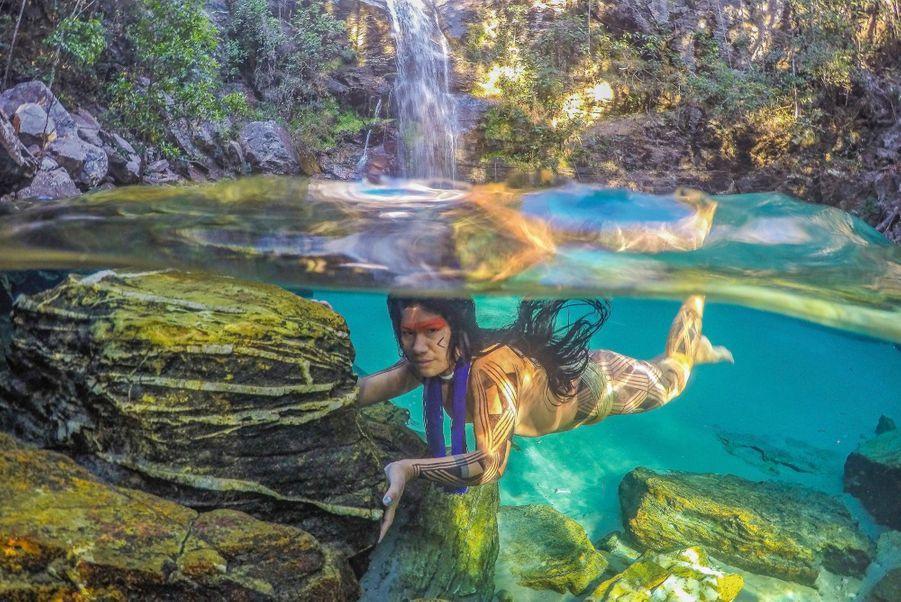 Akuku, une Indienne kamayura, près de la cascade Santa Barbara, dans l'Etat brésilien du Goias.