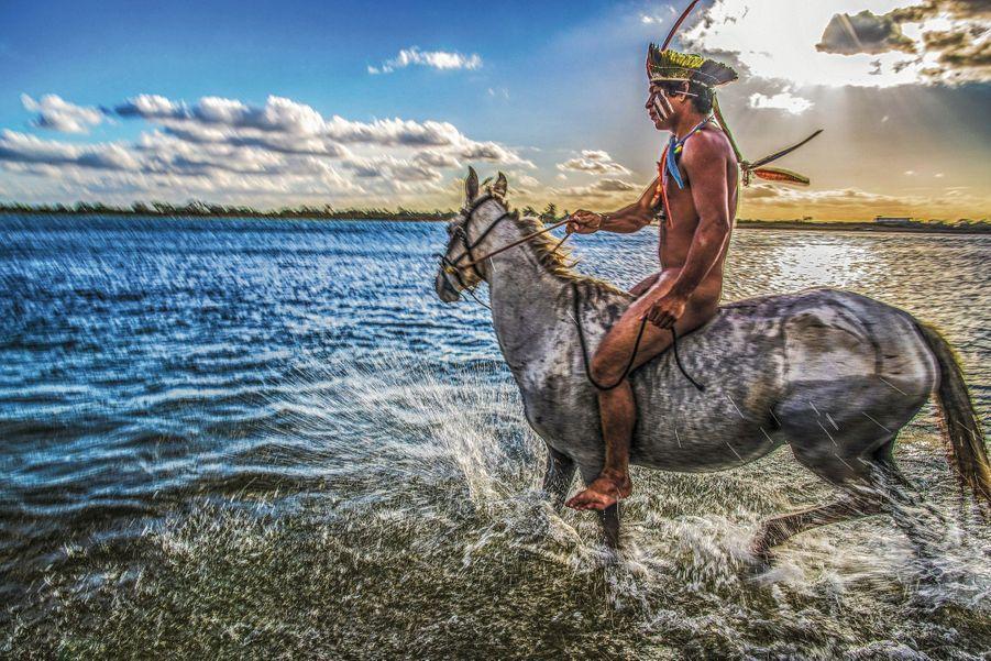 Un cavalier xucuru-kariri dans la rivière São Francisco, dans l'Etat d'Alagoas.