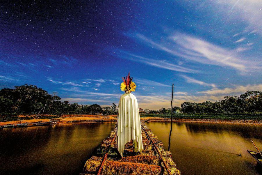 Un Yawanawa lors d'une cérémonie nocturne près du village de Mutum, dans l'Etat de l'Acre.