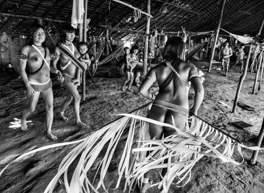 Une danse de présentation destinée aux visiteurs. Une des femmes souligne le mouvement à l'aide de jeunes branches de palmiers.