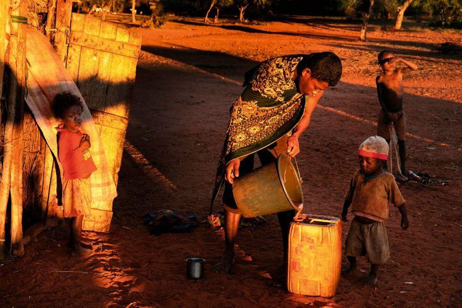 Pour boire, les enfants doivent demander l'autorisation. Ils sont les premières victimes du manque d'eau.