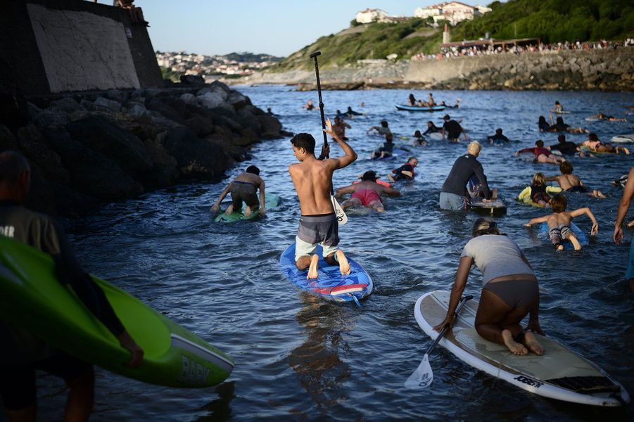 """Lors du rassemblement""""Rame pour ta planète"""", jeudi,plus de 350 surfeurs se sont jetés à l'eau pour alerter l'opinion sur la pollution de l'océan."""