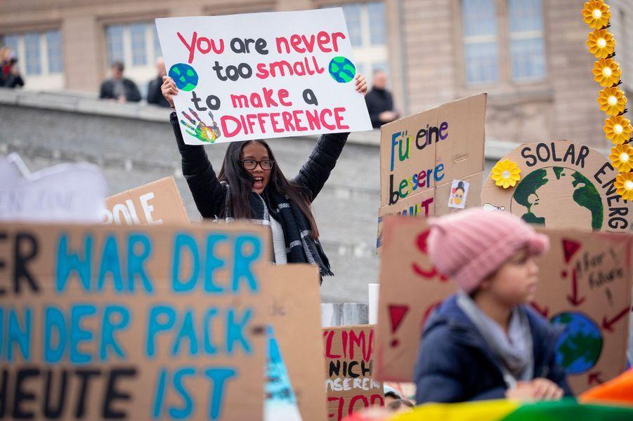 Comme tous les vendredis depuis plusieurs semaines, les jeunes se sont rassemblés devant le ministère de l'Economie à Berlin. Ce vendredi, la Suédoise Greta Thunberg était avec eux.