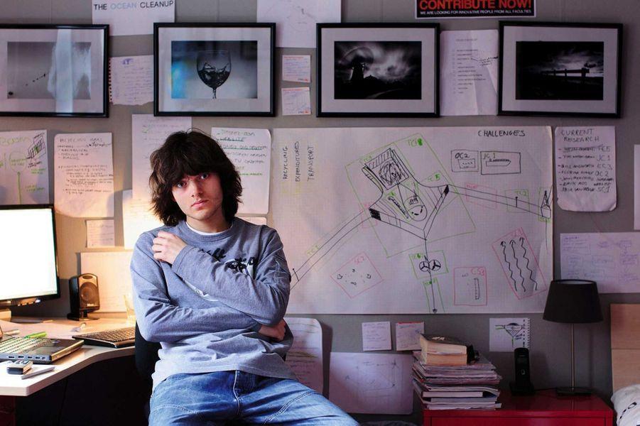 Dans sa chambre en 2012, devant son premier projet. Il a 18 ans.