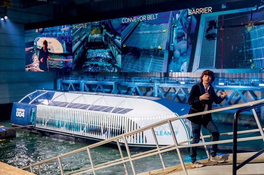 En 2019, à Rotterdam, Boyan Slat présente l'« Interceptor », sa péniche nettoyeuse de rivière.