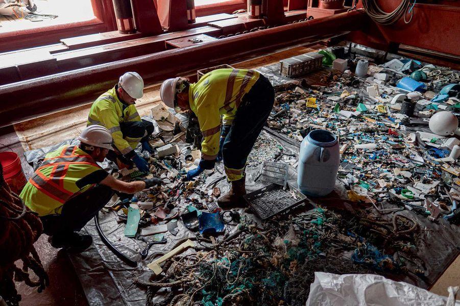 Sur le navire qui récupère les déchets, on fait le tri. The Ocean Cleanup prévoit de recycler le plastique en une gamme d'objets durables qui financeront les opérations de nettoyage.