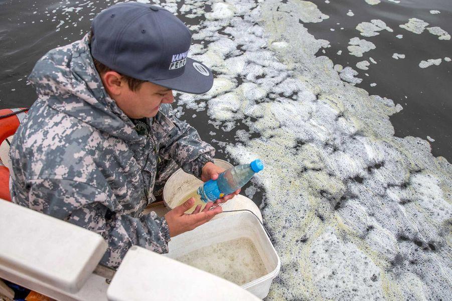 Prélèvement de l'eau polluée.