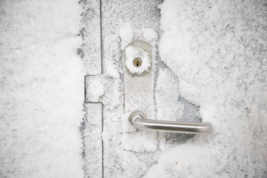 La porte gelée du bâtiment.