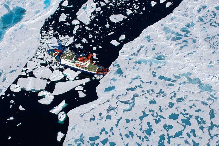 Lebrise-glaces Polarsterna parcouru au total 3.400 km en zigzag en 389 jours. Il est revenu lundi du pôle Nord après avoir constaté l'ampleur du réchauffement climatique en Arctique.