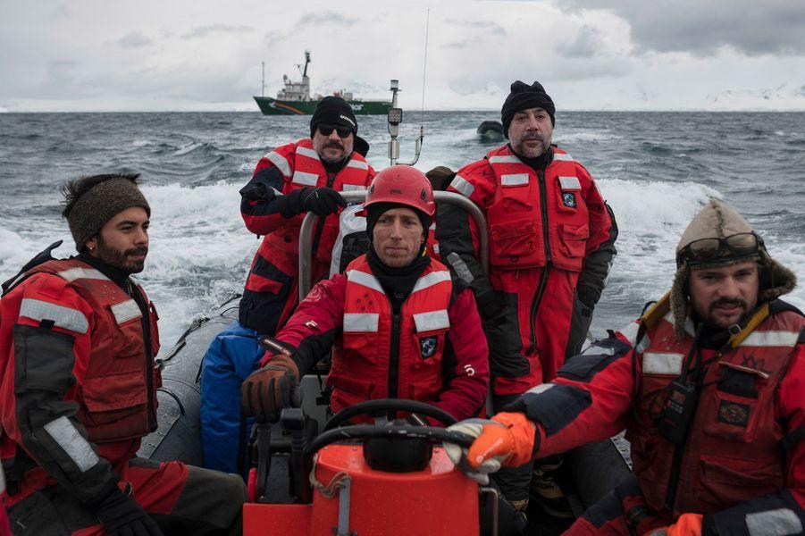 Javier Bardem et les équipes de Greenpeace.