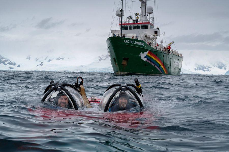 Javier Bardem descend des les profondeurs, dans un sous-marin Greenpeace.