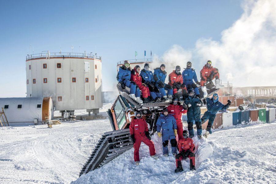Octobre 2018, fin de l'hiver, retour du soleil et des sourires, même si les températures ne dépassent pas – 60 °C. Les alentours des deux tours de Concordia, la base de vie et de travail, ont pu être déneigés.