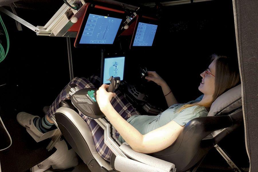 Comme chaque participant, Carmen, médecin, s'entraîne régulièrement au simulateur de vol spatial. Un exercice destiné à stimuler le cerveau confronté au manque d'oxygène, et à étudier l'évolution des performances de chacun.