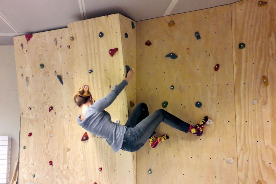 Carmen sur son mur d'escalade. L'exercice physique est indispensable.