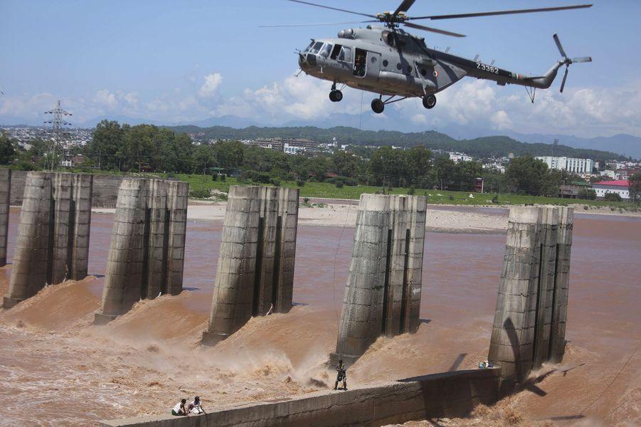 Sauvetage à haut risque àJammu, près d'un barrage.