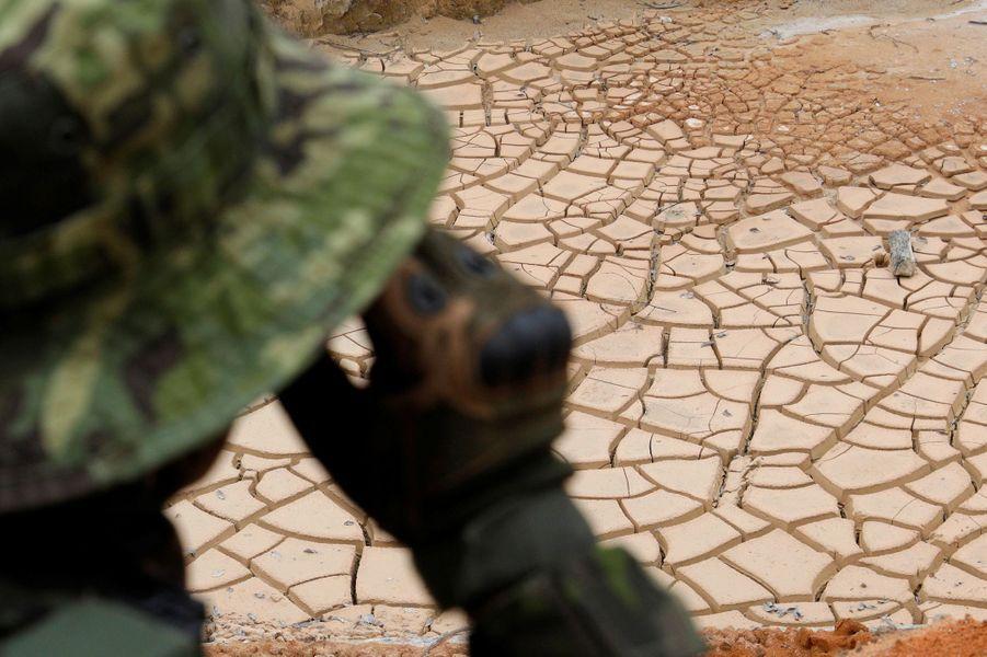 Vue d'une mine de cassitérite exploitée illégalement dans un parc naturel à Novo Progresso, au Brésil.