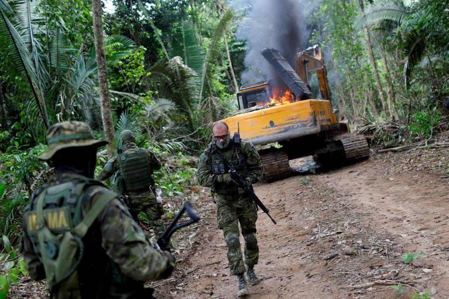 Les autorités brésiliennes détruisent une machine qui se trouvait dans une minecassitérite exploitée illégalement dans un parc naturel à Novo Progresso, au Brésil.