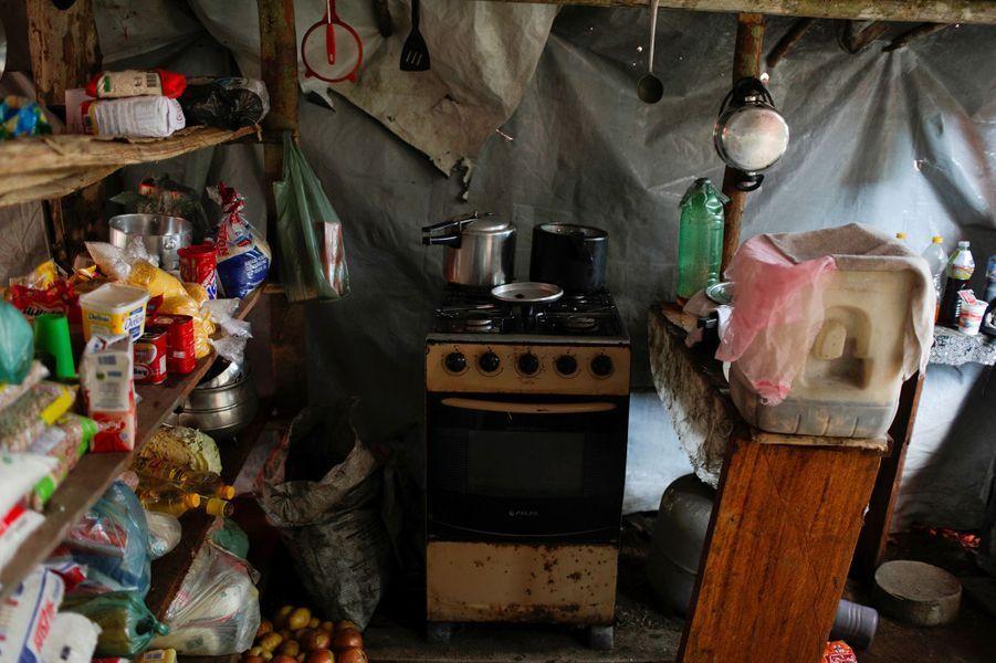 Une cuisine improvisée surle site d'une mine de cassitérite exploitée illégalement dans un parc naturel à Novo Progresso, au Brésil.