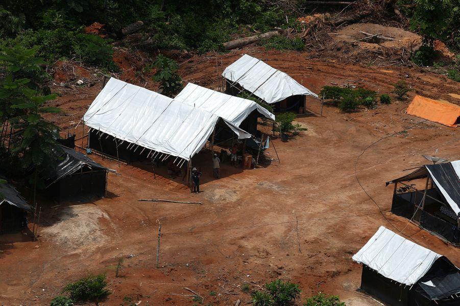 Des camps de mineurs.