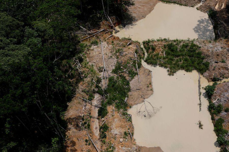 Vue aérienne d'une mine d'or au Brésil.
