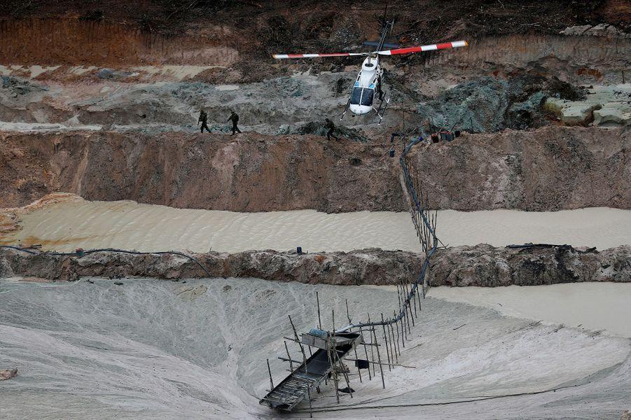 Un hélicoptère note la position de cette mine d'or exploitée illégalement au Brésil.