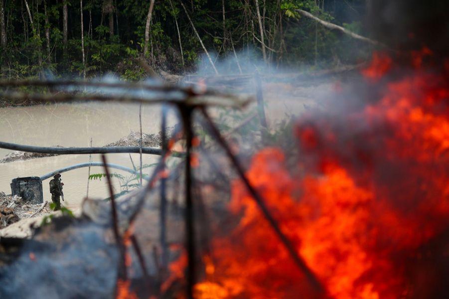 Les autorités brésiliennes détruisent un camp de mineurs qui se trouvait dans une minecassitérite exploitée illégalement dans un parc naturel à Novo Progresso, au Brésil.