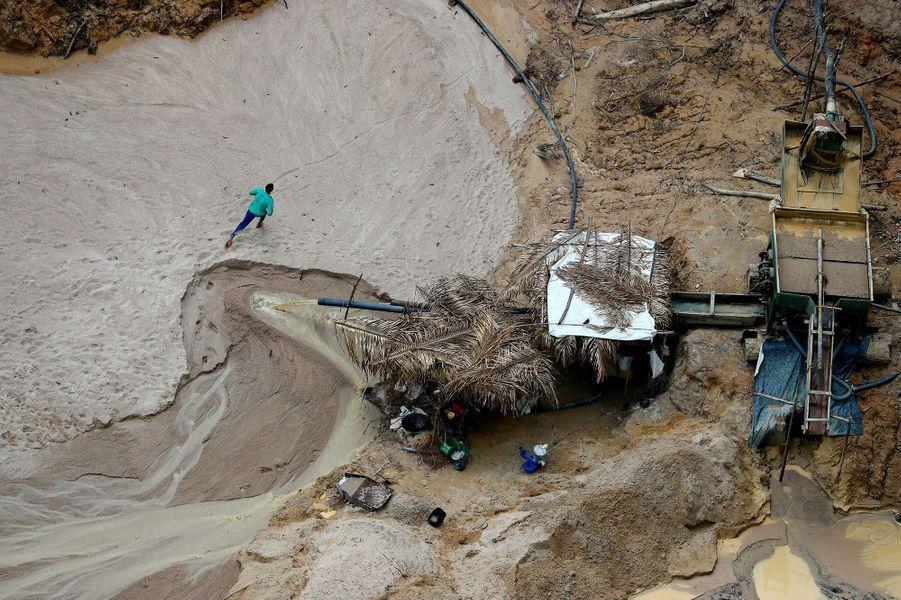 Un mineur tente de s'échapper de la mine de cassitérite où il travaillait.